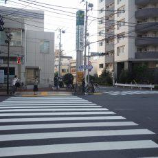 一つ目の信号を(本郷通り)を左に渡ります。 正面が三井住友銀行です。銀行と高層マンションの間の道を直進してください。