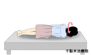 寝違え_枕に頭をつけてから仰向けになると、首への負担が少なく、痛みも出にくいです