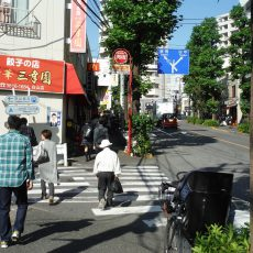A3出口から地上に上がりますと、坂道になっています。 餃子の店「三幸園」がある上る方向に進んでください。