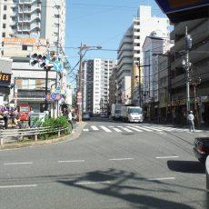 横断歩道を渡り、100円STOREを左手に見ながらそのまま直進すると、正面左手に三井住友銀行見えてきます。 そのまま三井住友銀行と高層マンションの間の道を直進してください。